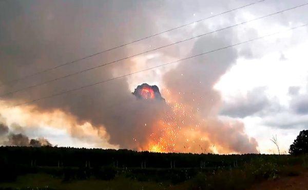 Vo videách: Vojenská jednotka rakety vo veľkom meradle výbuchu na Sibíri