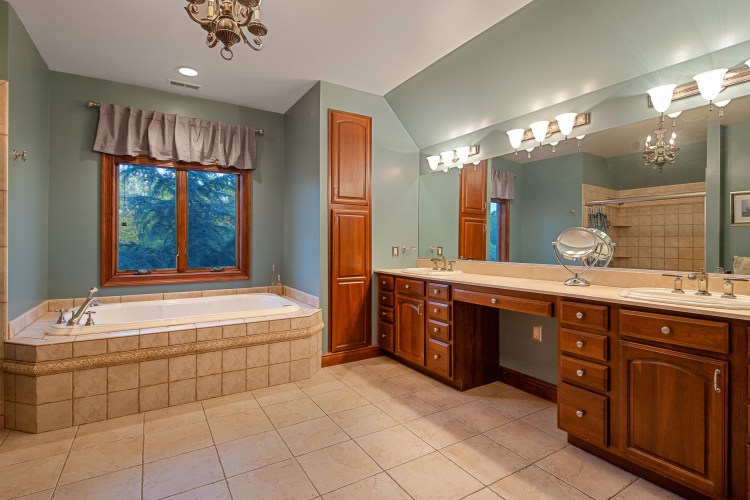 Master bathroom 531 Shadowbrook