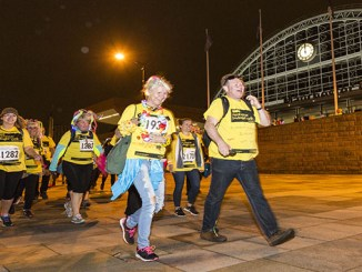 Supporters set off for the Manchester Midnight Walk (www.chrisbullphotographer.com)