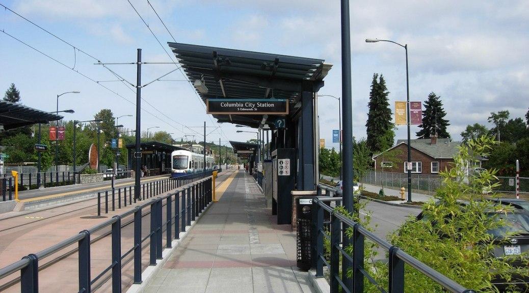 Plate-forme de train léger de la gare de Columbia City Image par SeattleDude via Wikimedia Commons.