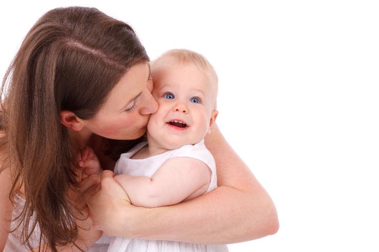 Sovende Børn - Mor kysser barn som hun holder i armene - 740x492