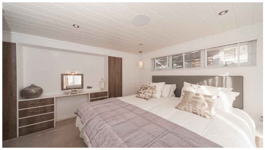 The Crest - Super lodge - top of the range holiday lodges - bedroom interior with walk in wardrobe