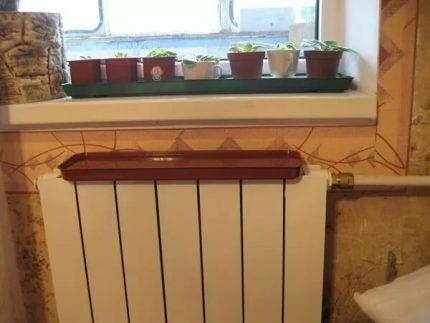 Установленный на радиатор поддон с водой