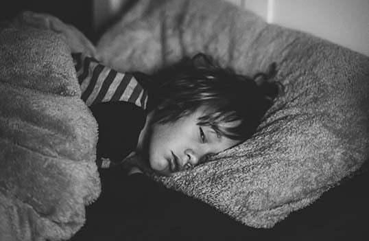 Kan tyngdtäcke till barn hjälpa vid sömnproblem