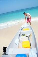 Arrastrando la canoa para iniciar la aventura.