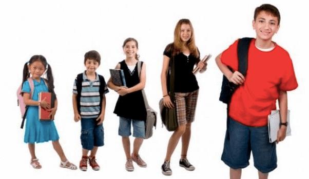 Exceso de peso en mochilas provoca daño en niñas y niños
