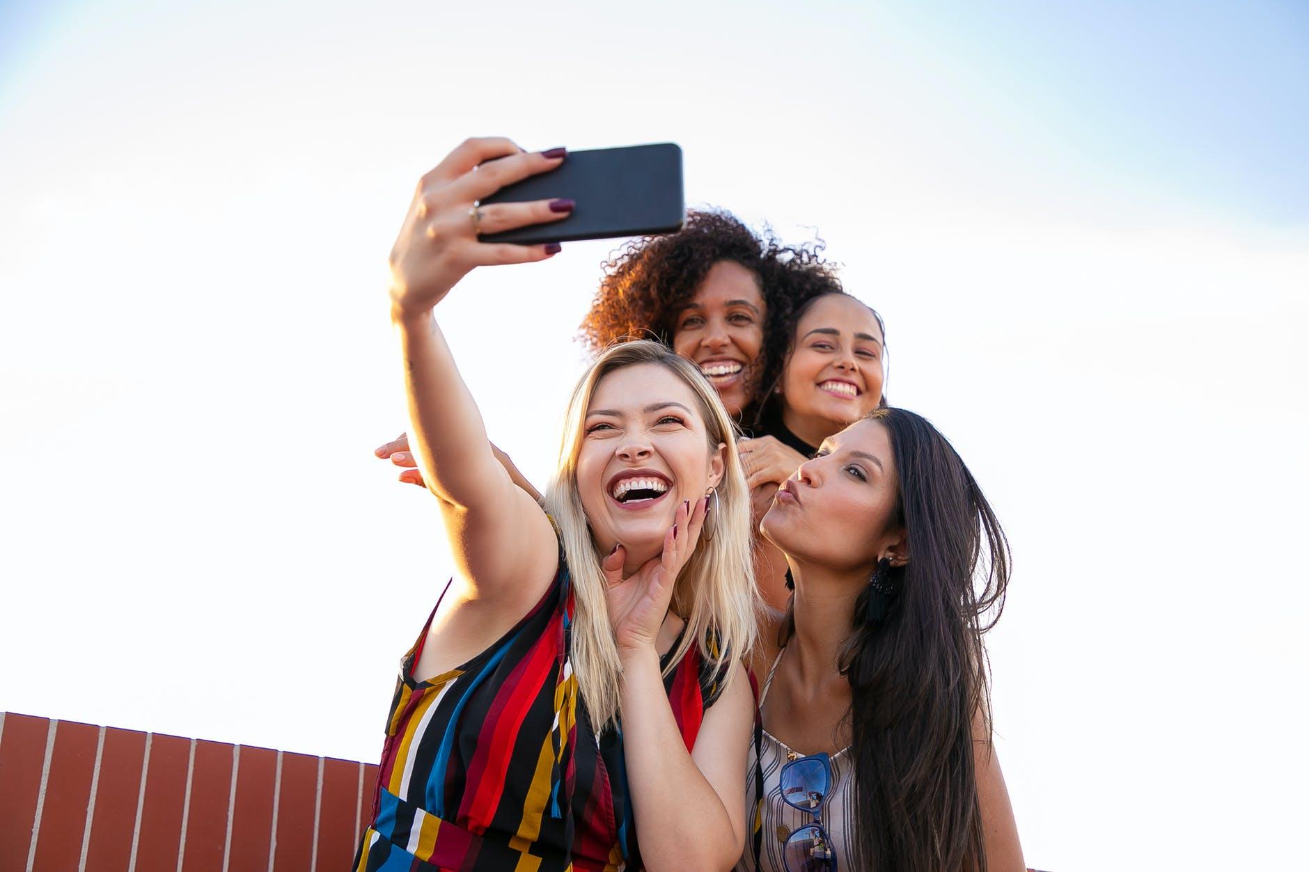 ¿Cómo tomar la selfie perfecta? 6 trucos para lograrlo