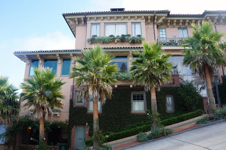 Typique Maison Colorée penchée SF