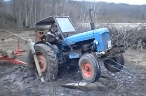 Tractor ruso atascado en el barro