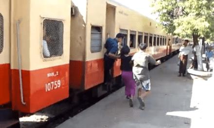 Así se coge un tren en marcha en Myanmar