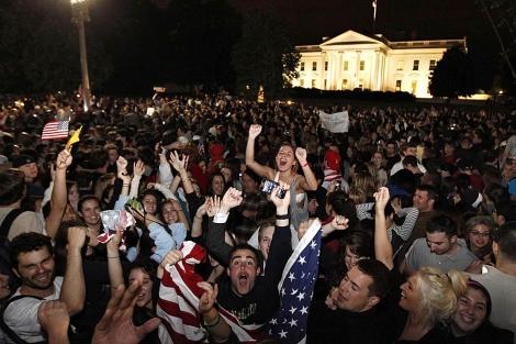 Norteamericanos salen a la calle a celebrar el asesinato de Osama bin Lade. Foto: AP