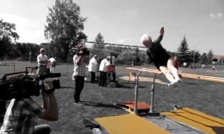 Una abuela de 86 años haciendo gimnasia acrobática