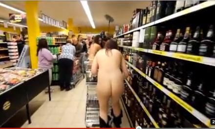 Un supermercado regala la compra a sus primeros 100 clientes… desnudos