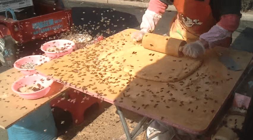 abejas invaden un puesto de pastelillos moji