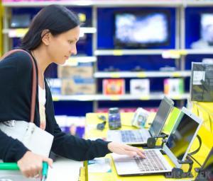 woman-buying-laptop
