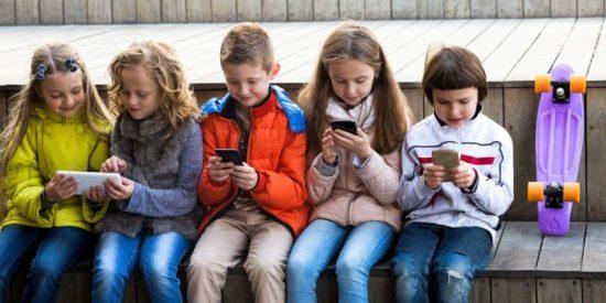Niñas/os con celular
