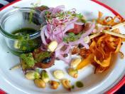 Anticucho de Pulpo y Chorizo: gegrillter Pulpo in Cimichurri-Marinade mit Chorizo, Süßkartoffel-Chips und Salsa Criolla (Foto: Peter Jebsen / Alle Rechte vorbehalten)