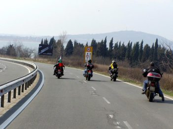 Четирите мотора водещи колоната протестиращи към втората бензиностанция