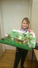 Victoria Bogusz z 4f ze swoją makietą Beskidów, która zajęła I miejsce
