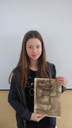 Maja Durbajło z 6a ze swoją książką