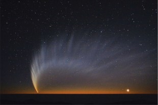 Comet McNaught over the Pacific Ocean (source)