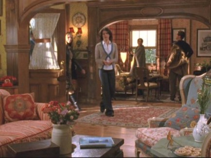dragonfly-inn-front-room-foyer-611x458_hooked-on-houses