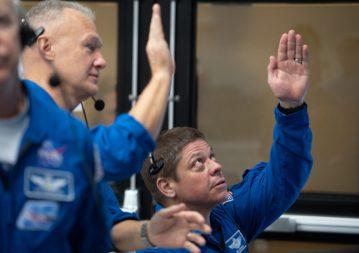 Die NASA-Astronauten Doug Hurley (links) und Bob Behnken (rechts), die mit der Crew-Demo-2-Mission fliegen sollen, beobachten am 2. März eine Rakete SpaceX Falcon 9, die die Crew Dragon-Raumsonde des Unternehmens auf der Demo-1-Mission trägt das Startkontrollzentrum im Kennedy Space Center. Bildnachweis: NASA / Joel Kowsky