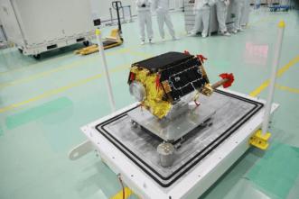 2018 में लॉन्च होने से पहले होंग्यान -1 उपग्रह।