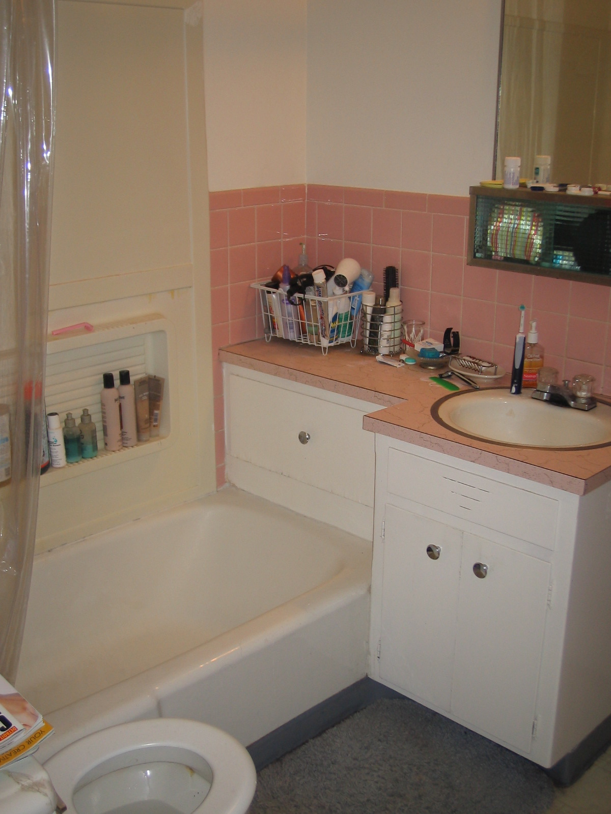 another photo of the bathroom before