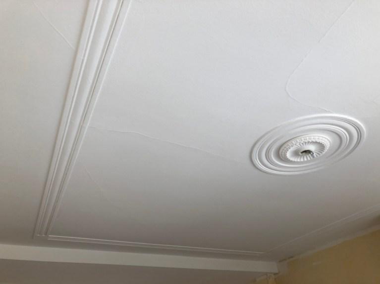 Beschadigingen op het plafond - loszittende delen + waterschade