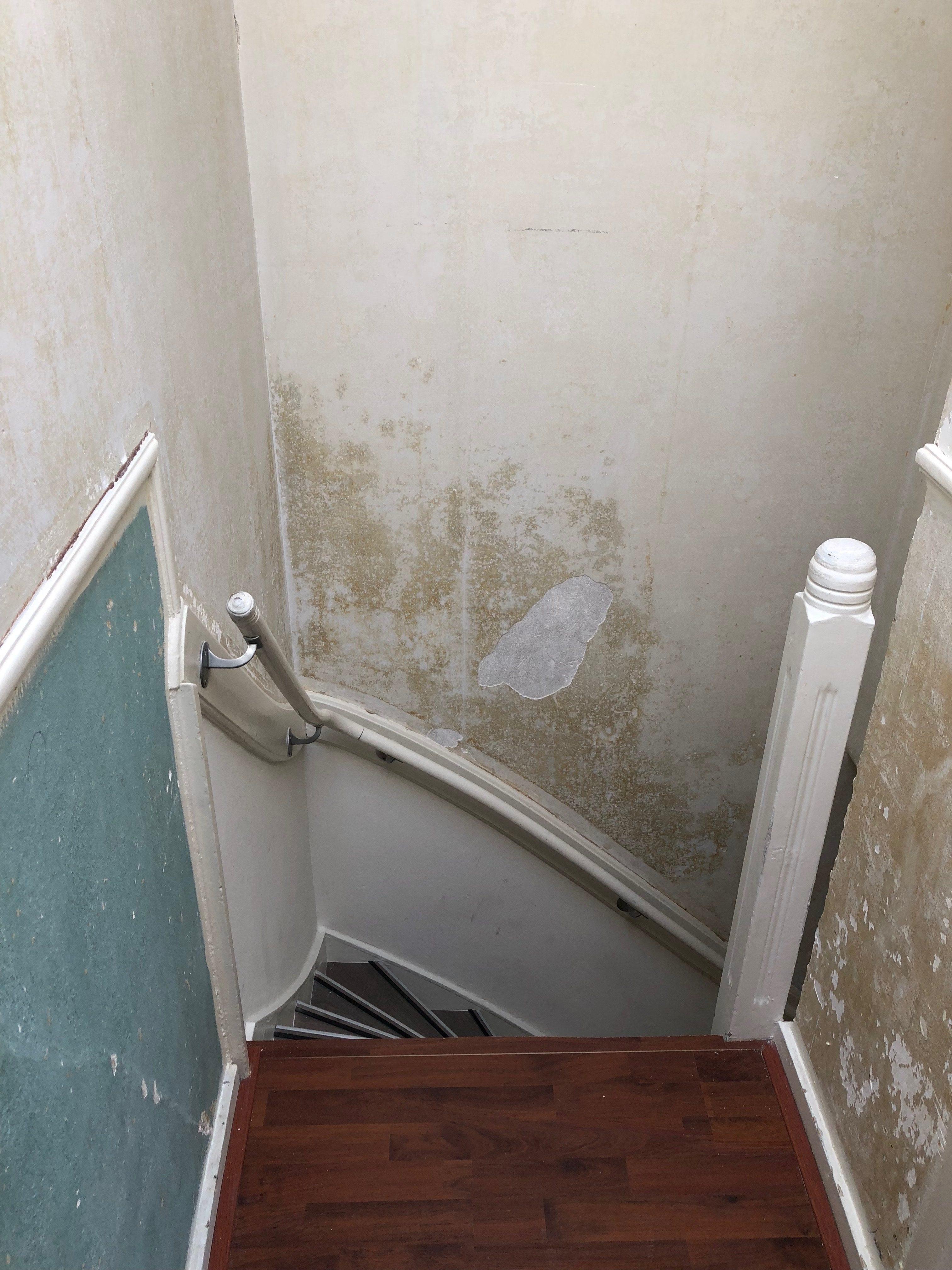 Wand na verwijderden behang, beschadigd (loslatende delen stucwerk)