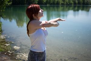 柔軟体操する外国人女性