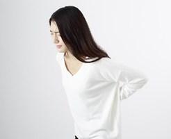 ぎっくり腰が痛む女性