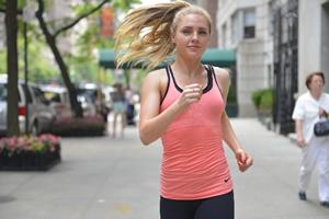 ジョギングする白人美人女性