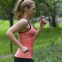 ジョギングする白人女性