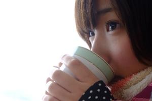 飲み物を飲む美少女