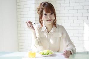 サラダを食べる美人女性