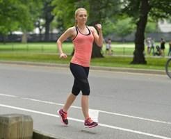 ジョギングしている白人女性
