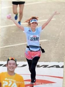 マラソンをゴールする美人ランナー