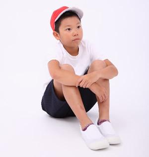 体育座りする小学生