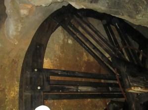 Mecanismo que permitía sacar el agua del fondo de la mina. El mismo se activa brevemente durante la visita para que los turistas observen cómo funcionaba.