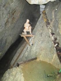 Una de las muchas figuras colocadas en el recorrido para reproducir el modo en que se trabajaba en la mina en los siglos XV y XVI. En este caso, la figura se mueve y cuenta con una audición.