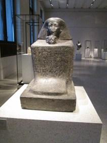 Estatua cubo. Fue característica en Egipto a partir del Reino Medio y representa la fisonomía de una persona sobre una piedra en cuya parte superior se describe a la persona retratada