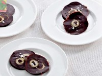 Шоколадные диски с оливками и перцем