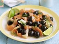 Копченый лосось с маслинами и васаби