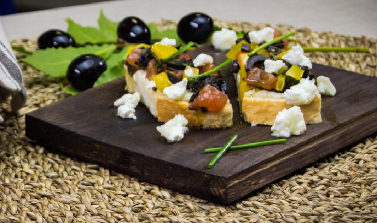 Брускетты с жареными помидорами и испанскими маслинами