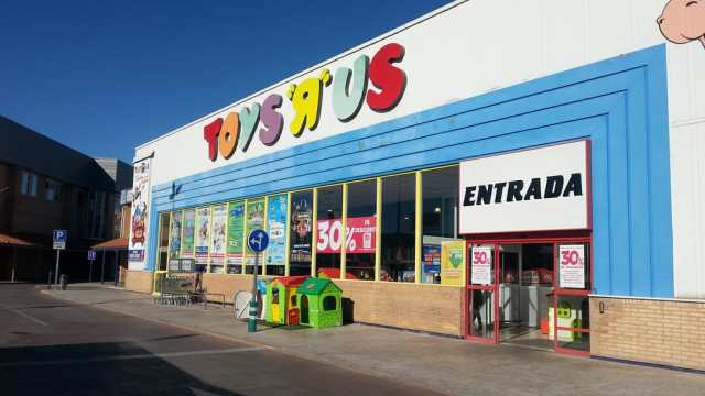 Portuguese investors agree to buy Toys'R'Us in Spain.