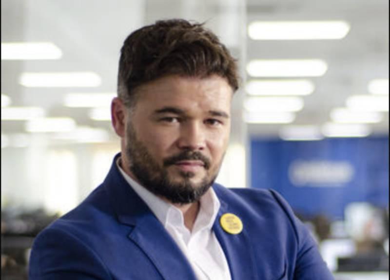 Gabriel Rufián en septiembre de 2019 para una entrevista del periódico eldiario.es como diputado de ERC. Licencia Creative Commons. Créditos Alejandro Navarro