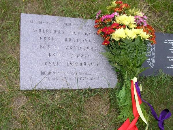 Ein schlichter Gedenkstein erinnert an die fünf Spanienkämpfer, die von der SS an diesem Ort des Schreckens zu Tode gequält wurden.