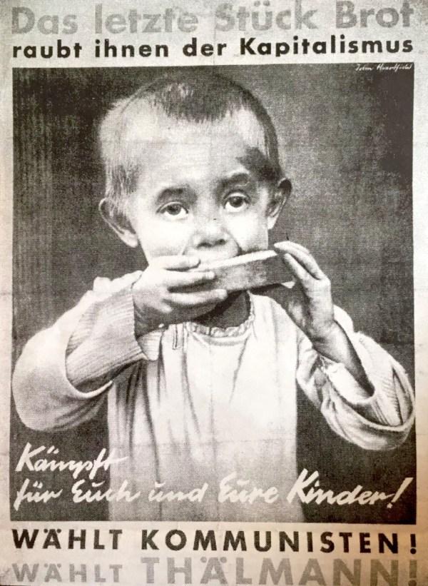 """Fotomontage af John Heartfield: """"Kapitalen stjæler det sidste stykke brød fra ham"""". Valgplakat, Kommunistische Partei Deutschlands (KPD) fra 1932"""